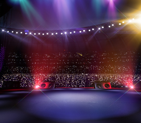 Großes Musikfestival der leeren Hauptbühne. Aroun volles Stadion von Zuschauern. Fans halten Taschenlampen
