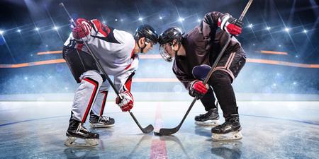 Les joueurs de hockey commencent le jeu autour de la patinoire Banque d'images