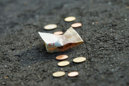 dinero euros: El dinero está en la calle