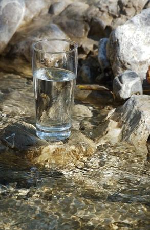 acqua bicchiere: Vetro di acqua su un fiume