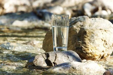 acqua bicchiere: Vetro acqua sul fiume