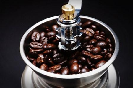 młynek do kawy: Fresh coffee beans in a coffee grinder