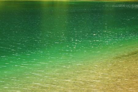 tomando agua: Cascada de la monta�a en la calidad del agua potable Foto de archivo