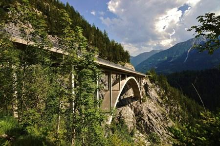 tiefe: Brücke in den Tiroler Alpen