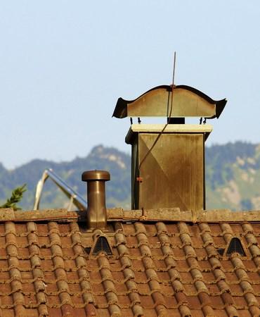 toiture maison: Chemin�e sur le toit de la maison