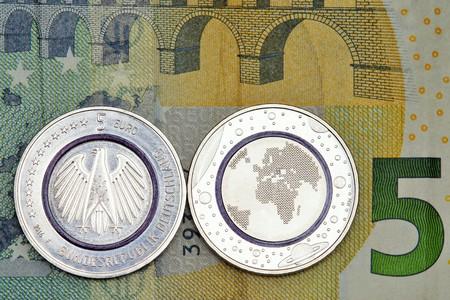 dinero falso: Primera moneda de cinco alemanas en euros con el anillo de polímero azul