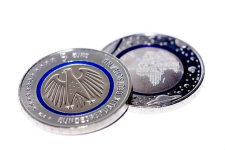 dinero falso: First German five euro coin with blue polymer ring