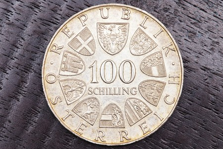 dinero falso: Cien chelines austriacos sobre fondo negro Foto de archivo