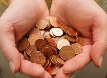 dinero falso: Muchos céntimos de euro en mano de la mujer Foto de archivo