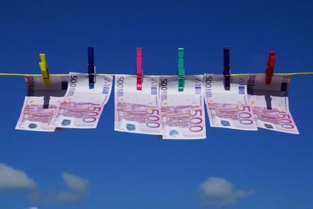 dinero falso: Quinientos billetes en euros en un tendedero