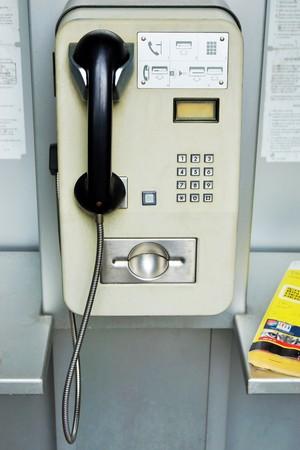 directorio telefonico: Cabina de tel�fonos vieja en un borde de la carretera Foto de archivo