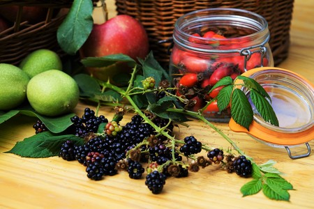 Blackberries on a wooden table Standard-Bild