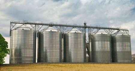 Cinco, hecha de acero, tanques de almacenamiento de información en una fábrica de etanol