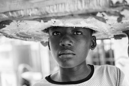 BENIN, 8 MARZO 2012: ragazzo Beninese non identificato in un cappello a Benin, 8 mar. 2012. Persone di Benin soffrono di povertà a causa della situazione economica instabile
