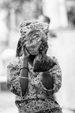 PORTO-NOVO, BENIN - MAR 8, 2012: Unidentified Beninese girl shuts her head. People of Benin suffer of poverty due to the difficult economic situation. 新聞圖片