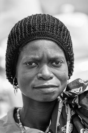 PORTO-NOVO, BENIN - 8 MARZO 2012: Donna beninese non identificata in un ritratto black hat. La gente del Benin soffre di povertà a causa della difficile situazione economica.