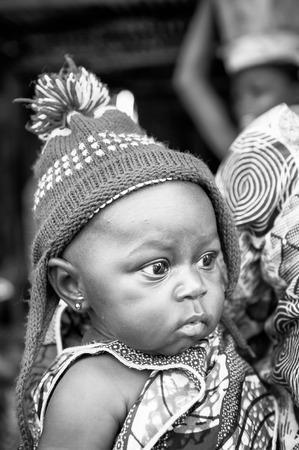 Porto-Novo, Benin - MAR 8, 2012: non identificato del Benin poco bel bambino in un cappello blu. La gente del Benin soffrono di povertà a causa della difficile situazione economica.