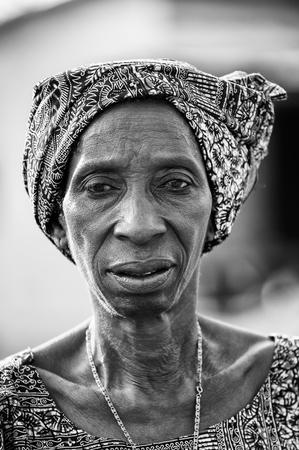PORTO-NOVO, BENIN - 8 MARZO 2012: Donna beninese non identificata in un fazzoletto. La gente del Benin soffre di povertà a causa della difficile situazione economica.