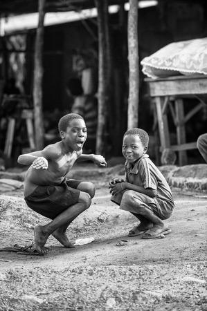 unicef: Porto-Novo, Benin - MAR 8, 2012: non identificati bambini del Benin posare per la fotocamera. La gente del Benin soffrono di povertà a causa della difficile situazione economica.