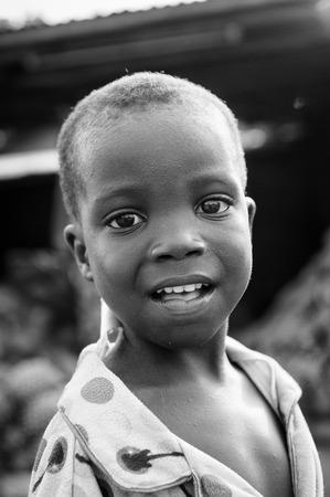 Porto-Novo, Benin - MAR 8, 2012: non identificato del Benin ragazzino ritratto. La gente del Benin soffrono di povertà a causa della difficile situazione economica.