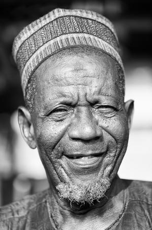 Porto-Novo, Benin - MAR 8, 2012: Ritratto di vecchio non identificato del Benin sorridente in un cappello tipico. La gente del Benin soffrono di povertà a causa della difficile situazione economica.