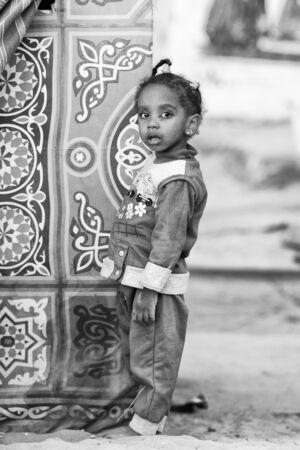 petite fille musulmane: ASSOUAN, EGYPTE - 2 décembre 2014: Unidentified égyptien petit portrait de jeune fille. 90 du peuple égyptien sont musulmans