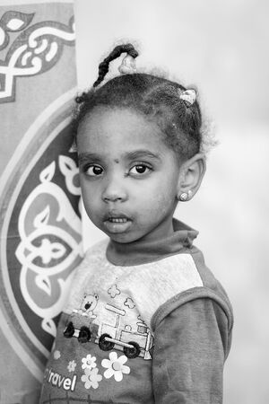 petite fille musulmane: ASWAN, EGYPT - DEC 2, 2014: Unidentified Egyptian little girl portrait. 90 of Egyptian people are Muslim �ditoriale