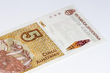 signo de pesos: 5 billetes de banco argentino austral. austral argentino es la moneda anterior de Argentina Foto de archivo