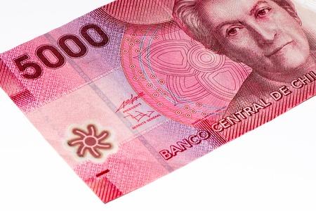 signo de pesos: 5000 pesos de billetes de banco. Peso chileno es la moneda nacional de Chile Foto de archivo