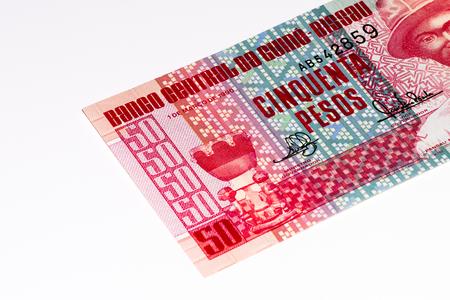 signo de pesos: 50 pesos en billetes de Guiné Bissau. Peso es la moneda anterior de Guiné Bissau
