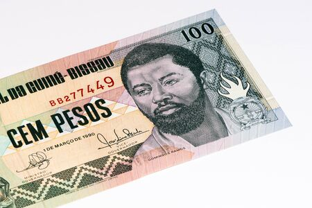 signo de pesos: 100 pesos en billetes de Guiné Bissau. Peso es la moneda anterior de Guiné Bissau