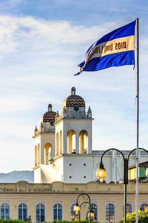 Parte de la Catedral de San Salvador y la bandera Foto de archivo
