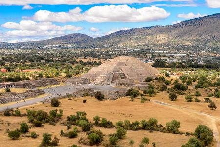 Maanpiramide gezien vanuit de Piramide van de Zon, Teotihuacan, site van vele Meso-Amerikaanse piramides gebouwd in het precolumbiaanse Amerika. UNESCO Wereld Erfgoed