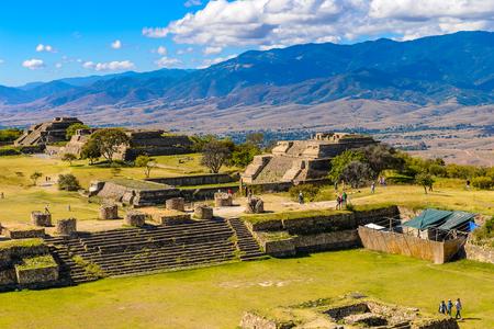 モンテアルバンのパノラマ、大きなコロンビア以前の考古学的サイト、サンタクルスXoxocotlan自治体、オアハカ州。 ユネスコの世界遺産