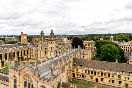 All souls College, Oxford, England. Oxford is known  as the home of the University of Oxford Banco de Imagens
