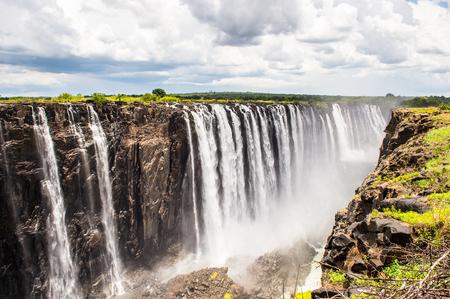 Schöne Aussicht auf die Victoria Falls, Grenze von Sambia und Simbabwe. Kulturerbe der UNESCO Standard-Bild - 84868754