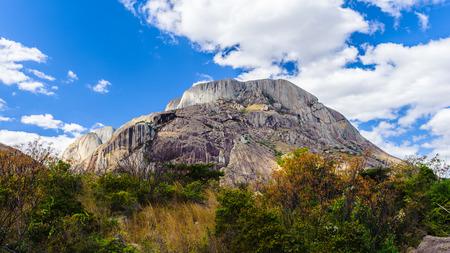 Hermosa vista de una roca