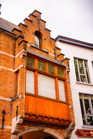 Medieval houses with flowers at the windows in the Historic Centre of Bruges, Belgium. Banque d'images