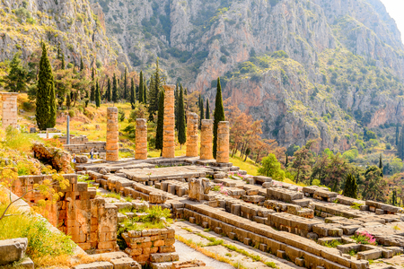 Apollo Temple in Delphi, an archaeological site in Greece, at the Mount Parnassus. Delphi is famous by the oracle at the sanctuary dedicated to Apollo. Banque d'images