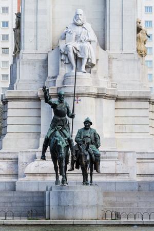 Estátua de Don Quixote e Sancho Panza na Plaza de Espana, Madri, Espanha. Personagens fictícios do romance de Miguel Cervantes, que foi um romancista espanhol, poeta e dramaturgo