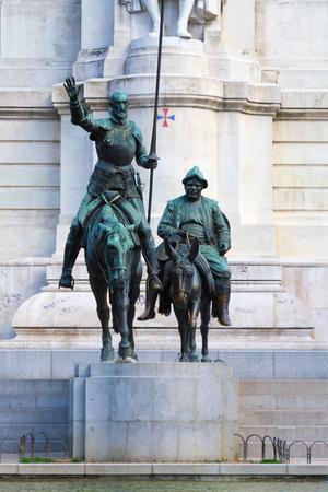 Estátua de Don Quixote e Sancho Panza na Plaza de Espana, Madri, Espanha. Personagens fictícios do romance de Miguel Cervantes, que foi um romancista espanhol, poeta e dramaturgo Editorial