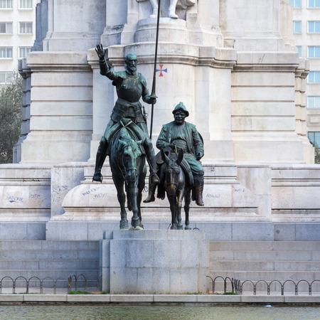 Estátua de Don Quixote e Sancho Panza na Plaza de Espana, Madri, Espanha. Personagens fictícios do romance de Miguel Cervantes, que foi um romancista espanhol, poeta e dramaturgo Foto de archivo