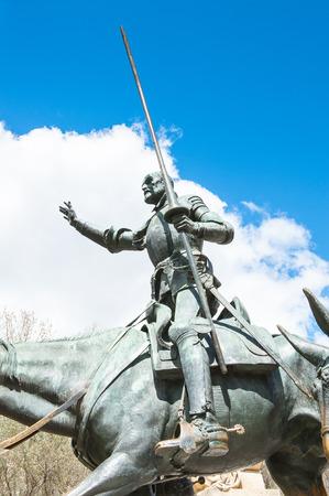 Escultura de Dom Quixote na Plaza de España, Madri, Espanha. Personagem fictício do romance de Miguel Cervantes, que foi um escritor, poeta e dramaturgo espanhol Editorial