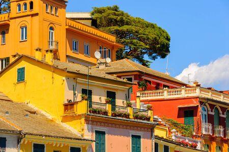 Nahe Ansicht der bunten Häuser in Portofino, ein italienisches Fischerdorf, Genua-Provinz, Italien. Ein Ferienort mit einem malerischen Hafen und mit prominenten und künstlerischen Besuchern. Standard-Bild - 91729548