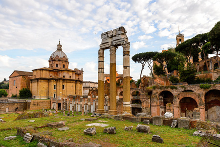 Roman Forum in the evening, a rectangular forum surrounded by the ruins of several important ancient government buildings at the center of the city of Rome. 版權商用圖片 - 91754693