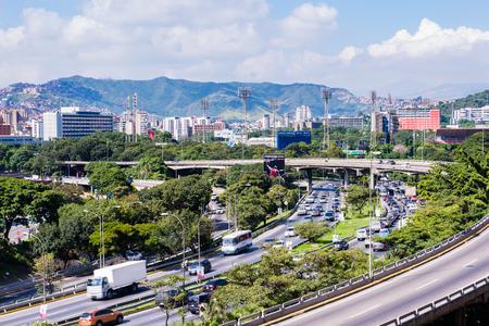 CARACAS, VENEZUELA - 20. NOVEMBER 2013: Architektur von Caracas. Voller Name ist Santiago de Leon de Caracas, die Hauptstadt und größte Stadt Venezuelas. Standard-Bild - 93179838