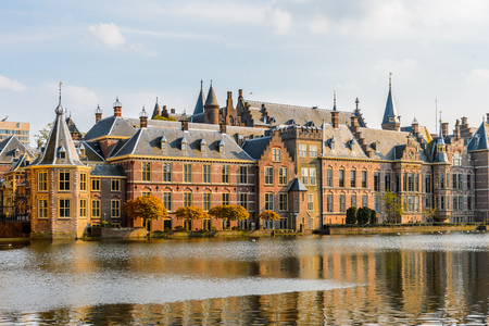 Der Ridderzaal im Binnenhof mit dem Hofvijver See. Treffpunkt der Generalstaaten der Niederlande, des Ministeriums für Allgemeine Angelegenheiten und des Ministerpräsidenten der Niederlande Standard-Bild - 91949333