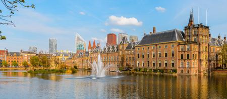 Der Ridderzaal im Binnenhof mit dem Hofvijver See. Treffpunkt der Generalstaaten der Niederlande, des Ministeriums für Allgemeine Angelegenheiten und des Ministerpräsidenten der Niederlande Standard-Bild - 91949373
