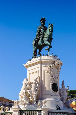 ポルトガル、リスボンの商業広場(プラカ・ド・コミルシオ)にあるホセ1世の像。広場は1755年のリスボン地震によって破壊され、その後再建された