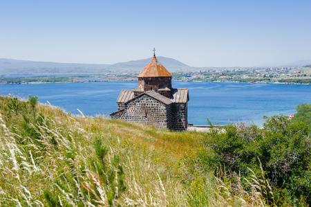 Sevanavank (Sevan 수도원), 아르메니아의 Gegharkunik 지방에있는 Sevan 호수의 해안에 위치한 수도원 단지 스톡 콘텐츠